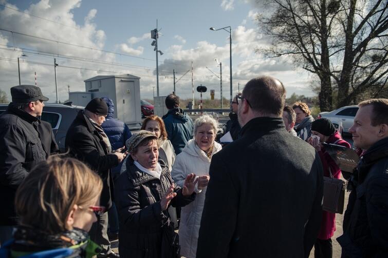 Radni dzielnicy Olszynka przekonywali, że konieczna jest budowa tunelu pod torami kolejowymi w ciągu ul. Łanowej