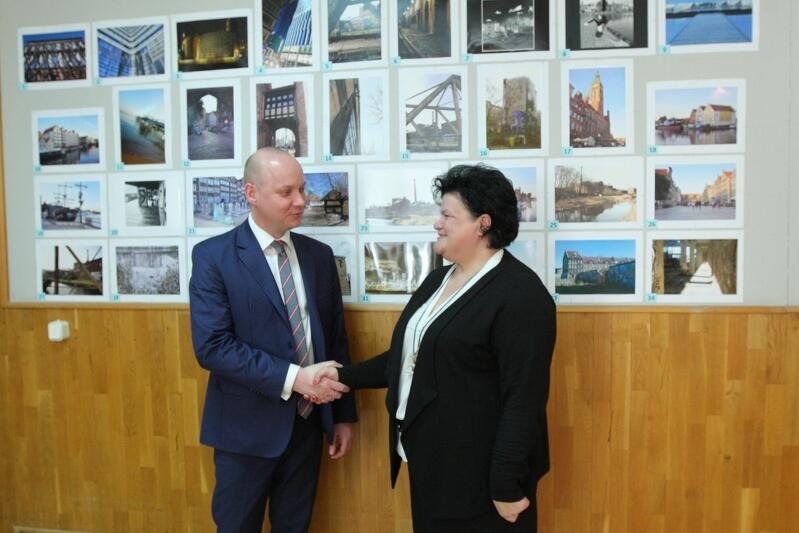 Już po ogłoszeniu wyników konkursu gratulacje od wicedyrektora WRS Grzegorza Krygera odbiera Marzena Sztygar