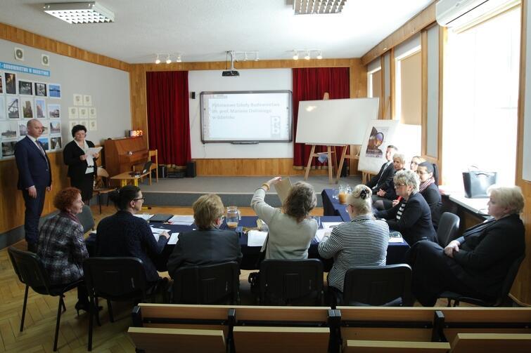 Kandydatki na dyrektorów musiały zaprezentować swoje pomysły przed kilkuosobową komisją konkursową
