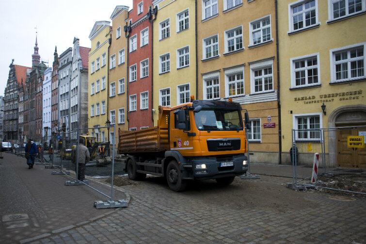 Ciężarówki od poniedziałku też nie mogą wjeżdżać na Główne Miasto, w godz. 10-21 - chyba że ze stosownym pozwoleniem, dotyczącym np. budowy prowadzonej na obszarze objętym zakazem