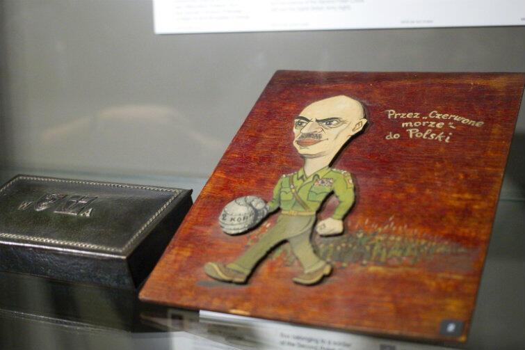Plakietka z karykaturą gen. Władysława Andersa, która jest częścią ekspozycji Muzeum II Wojny Światowej w Gdańsku