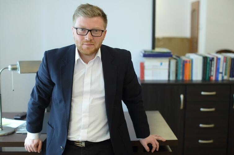 Tomasz Snarski, doktor nauk prawnych, adwokat, wykładowca UG i autor dwóch tomików poetyckich