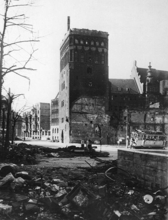 Unieruchomiony i mocno zniszczony tramwaj na Targu Węglowym; 1945
