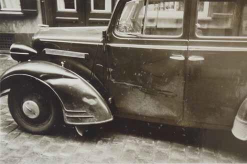 Na jednym ze zdjęć poszkodowany pokazał, jak uszkodzony został jego samochód