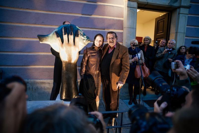 """Podczas ostatniego pobytu w Gdańsku w październiku 2014 roku Günter Grass odsłonił rzeźbę swojego autorstwa """"Turbot pochwycony"""", która została umiejscowiona na przedprożu kamienicy przy ul. Szerokiej 37"""