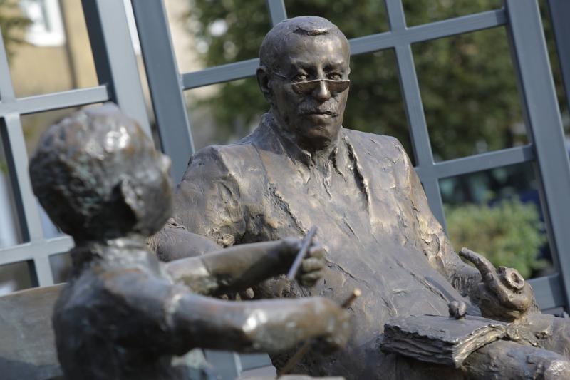 Na ławeczce Oskara we Wrzeszczu rzeźba postaci Güntera Grassa pojawiła się po jego śmierci, w październiku 2015 roku