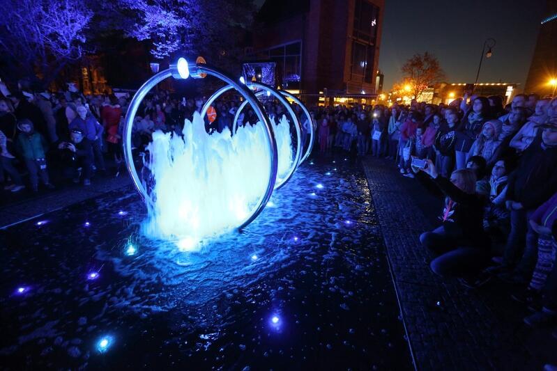 Wieczorny spektakl Opowieści fontanny przyciągnął tłumy do Fontanny Heweliusza, w tym roku również czeka nas inauguracyjny spektakl, z carillonem w tle