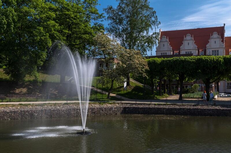 Mokra Fosa sięga wysoko swym fontannowym ramieniem
