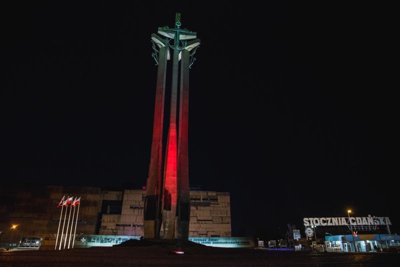 Biało-czerwona iluminacja na Pomniku Poległych Stoczniowców