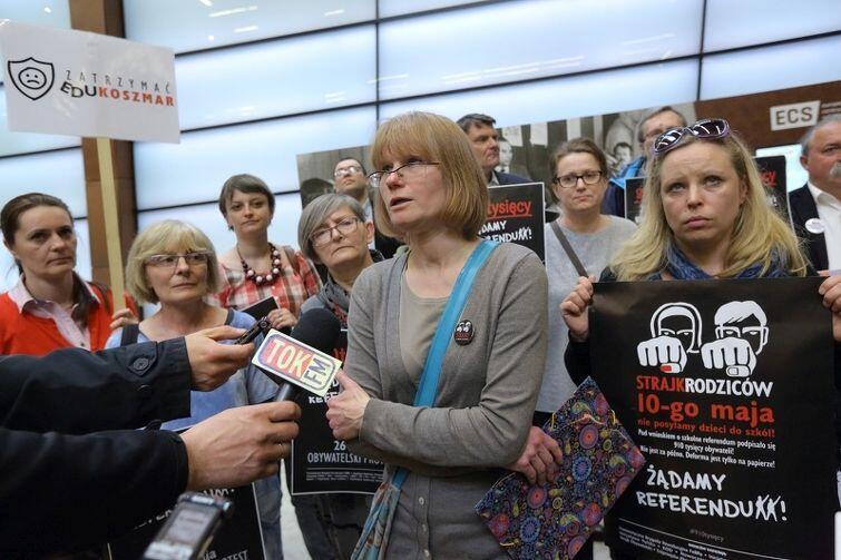 Mówi Anna Kacmajor z Inicjatywy Rodziców Zatrzymać Edukoszmar, obok po prawej Joanna Krysiak. Za nimi Ewa Graczyk, profesorka UG