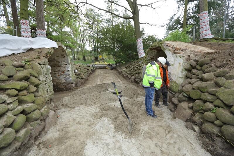 Ścieżkę prowadząca do grot i ich wnętrza zamiast asfaltu pokryje klinkierowy bruk