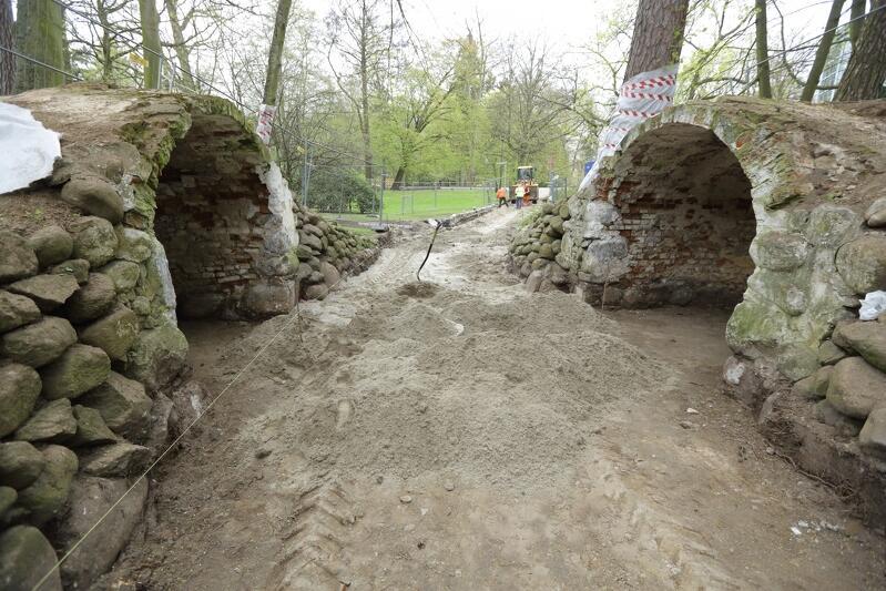 Początek maja, początek remontu: oczyszczone kamienie i cegły, zerwany asfalt