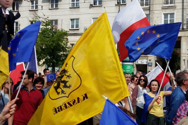 Były też flagi kaszubskie. Na Placu Konstytucji spiker wołał: - Są z nami Kaszubi! Witamy Kaszubów!
