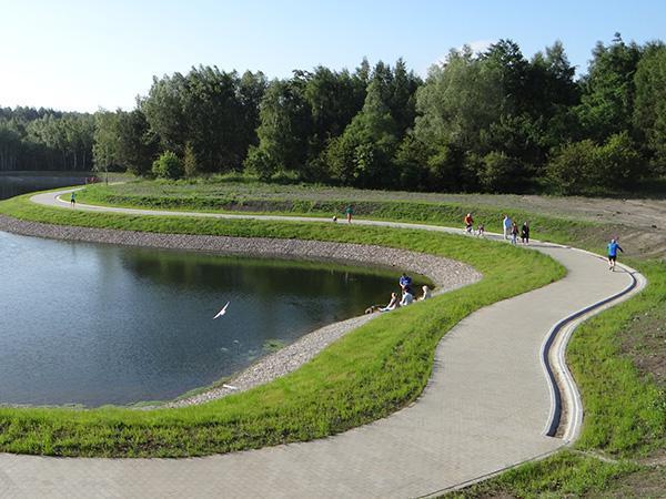 Zbiornik Jasień. Okolice zbiorników retencyjnych stają się też terenami rekreacyjnymi