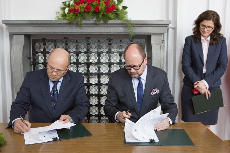 Umowę podpisują (od lewej) wiceprezes NFOŚiGW Roman Wójcik i Prezydent Gdańska Paweł Adamowicz