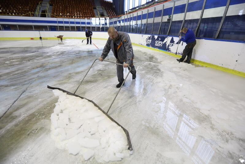 Tak wygląda praca nad rozmrożeniem lodowiska. Duża hala w Olivii