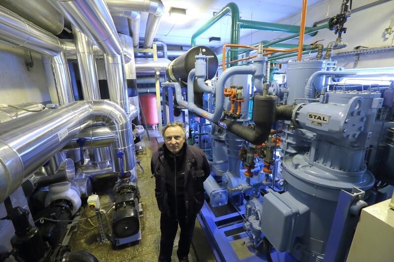 Maciej Siwiec, kierownik administracyjno-techniczny w zarządzanej przez GKS Stoczniowiec hali Olivia w swoim królestwie - maszynowni chłodniczej