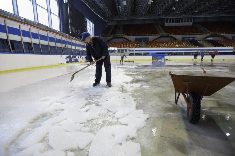 Skuwanie pomalowanej na biało warstwy lodu w hali Olivia