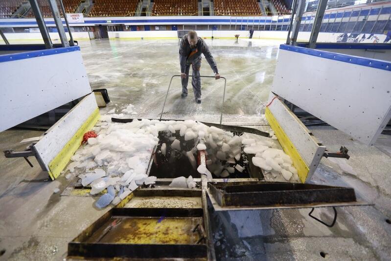 Biały lód spycha się do otworów spustowych