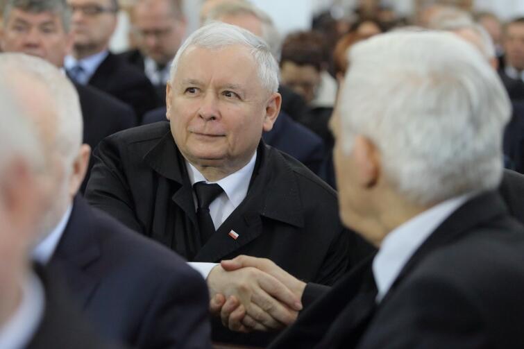 Jarosław Kaczyński wita się z Jerzym Buzkiem Katedrze Oliwskiej, podczas pogrzebu arcybiskupa Tadeusza Gocłowskiego. Maj 2016 r.
