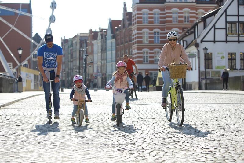 Ania, Mania i rodzice w drodze do Przedszkola Pod Wesołą Chmurką