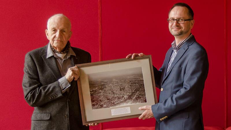 Jerzy Główczewski oraz dr Janusz Dargacz z historycznym zdjęciem Gdańska