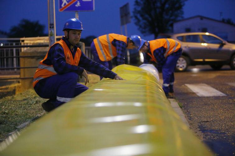 Rozkładanie rękawa przeciwpowodziowego w okolicach ulic Brzegi i Podmiejska