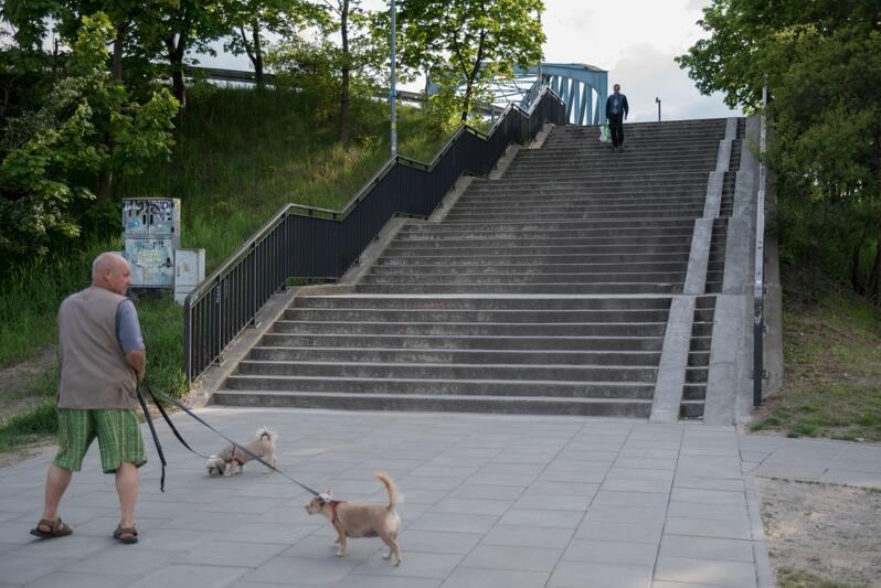 Osobom niepełnosprawnym i starszym trudno dotrzeć do przystanku SKM od strony ul. Hynka