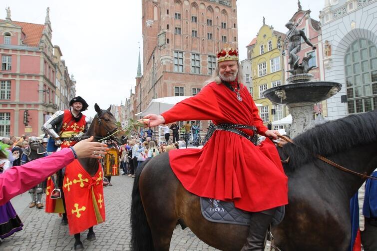 Król Kazimierz Jagiellończyk jak zwykle entuzjastycznie witany przez gdańszczan. Również w naszych czasach - tak było podczas ubiegłorocznych obchodów Święta Miasta