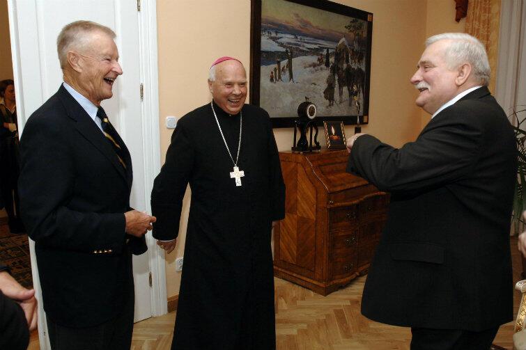 Prof. Brzeziński z arcybiskupem Tadeuszem Gocłowskim i Lechem Wałęsą. Spotkanie w kurii Archidiecezji Gdańskiej w Oliwie, 30 września 2007 r.