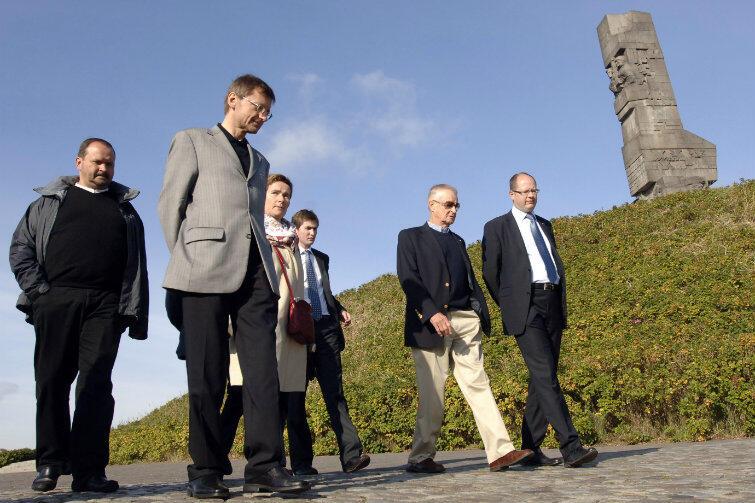 Spacer na Westerplatte w 2007 r. Od prawej: prezydent Gdańska Paweł Adamowicz i prof. Zbigniew Brzeziński. Od lewej: ks. Krzysztof Niedałtowski i Jerzy Koźmiński, były ambasador RP w Waszyngtonie