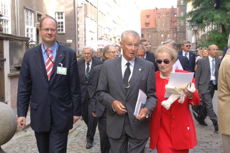 Spacer po Gdańsku w 2005 r., podczas 25-lecia Porozumień Sierpniowych. To zdjęcie pokazuje jak mocną pozycję miał prof. Brzeziński, choć po 1981 r. rzadziej bywał w Białym Domu. Pani w czerwonym kostiumie to Madeleine Albright, sekretarz stanu USA w latach 1997-2001. (Po lewej - prezydent Paweł Adamowicz)