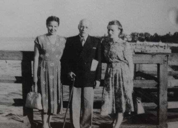 Joanna Muszkowska (z prawej) z ojcem i przyjaciółką z Ravensbrück Haliną Kamińską, Sopot 1952