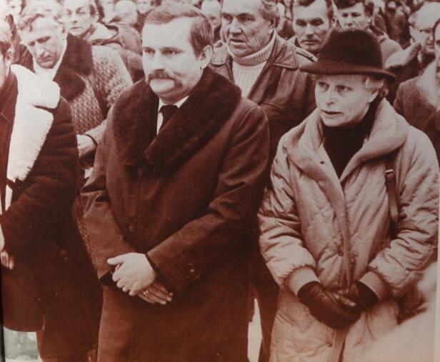 Joanna Penson z Lechem Wałęsą na pogrzebie Lecha Bądkowskiego, luty 1984