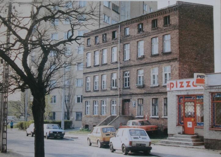 Robotnicza kamienica z początku XX wieku stojąca na końcu ulicy Lelewela, kilkanaście metrów dalej jest plac Komorowskiego; 1999