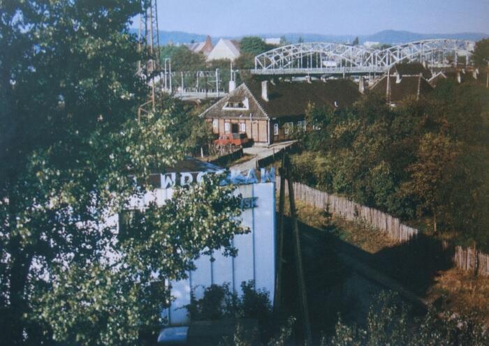 Ulica Nad Stawem – Indiańska Wioska z powieści Grassa; w tle widok ciągu ulicy Kościuszki; 1999