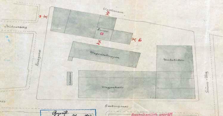 Plan sytuacyjny zajezdni z zabudową szczelnie wypełniającą parcelę, na dziedzińcu nieduży plac manewrowy, a na nim – zaznaczona szarym prostokątem – przesuwnica do przemieszczania wagonów między torami; akta policji budowlanej z 1903 roku