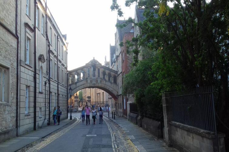Widok na Most Westchnień w okolicy centrum Oksfordu