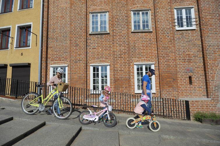 Rowerowy Maj to nie tylko rywalizacja szkół, ale także przedszkoli - rok temu startowało ich w Gdańsku 30, w tym roku już 55. Towarzyszyliśmy w dojazdach dwóm rodzinom, których dzieci uczą się w Przedszkolu Niepublicznym 'Pod Wesołą Chmurką'