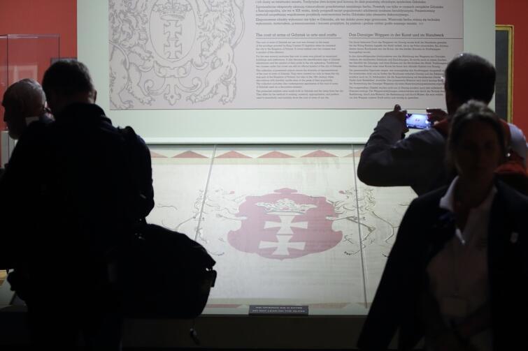 Pochodząca z XVII wieku chorągiew przedstawiająca herb Gdańska jest jednym z najcenniejszych eksponatów nowej wystawy 'Pod królewską koroną. Kazimierz Jagiellończyk a Gdańsk w 560. rocznicę wielkiego przywileju'. Niezwykły zabytek oraz inne ciekawe eksponaty, takie jak oryginalne pieczęcie gdańskich ośrodków miejskich, można oglądać w Ratuszu Głównego Miasta - Oddziale Muzeum Historycznego Miasta Gdańska, od 26 maja do 1 października 2017 r