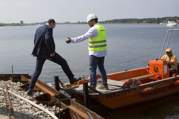 Dokładnie 10 988 900 złotych - taką kwotę dofinansowania budowy mostu prowadzącego na Wyspę Sobieszewską przyznał naszemu miastu Minister Rozwoju i Finansów. To nie koniec dobrych wiadomości. Na placu budowy zakończyły się już prace palowe