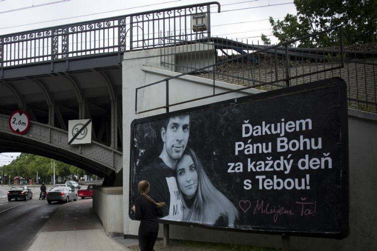 Dusan Kuciak z żoną - na gdańskim bilbordzie