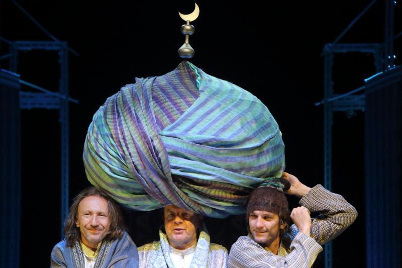 Imponujący barwny turban tytułowego mistrza Mansura zachwyci publiczność, podobnie jak scenografia przygotowana przez Katarzynę Zawistowską