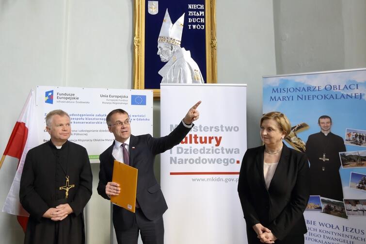 O przyznaniu dotacji unijnej na prace remontowe poinformował oficjalnie wiceminister Jarosław Sellin ( po środku). Na zdjęciu (z prawej) europosłanka Anna Fotyga oraz ojciec Sławomir Dworek
