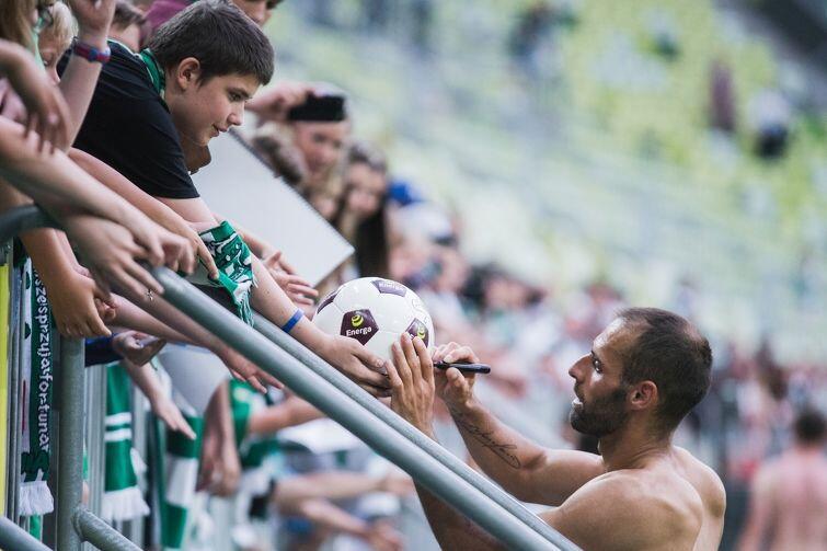 Jeden z BRACI Paixao - Flavio - podpisuje piłkę dla kibica