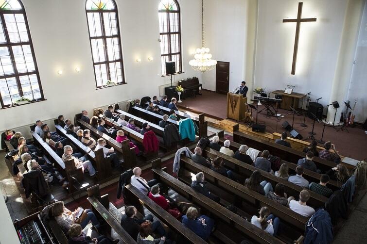 """W Kościele Zielonoświątkowym posłuchamy współczesnej chrześcijańskiej muzyki """"na żywo"""""""