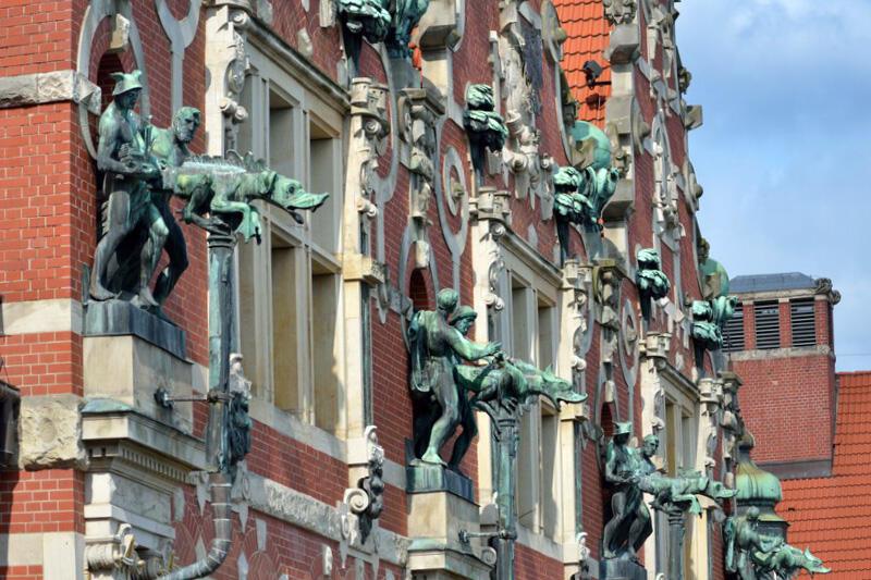 Postacie podtrzymujące rzygacze w szczytach fasady gmachu głównego Politechniki Gdańskiej. Na co dzień nie do zobaczenia z bliska, w albumie owszem