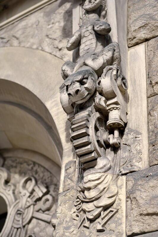 Jeden z żartów, na który pozwolili sobie wykonawcy historycznych gmachów PG: jaszczur napędza mechanizm czy może na odwrót?