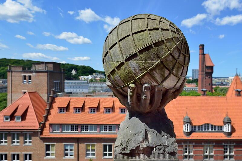 Jedna z dwóch kul ziemskich zdobiących szczyty elewacji gmachu głównego Politechniki Gdańskiej (tutaj nad sz. zachodnim)