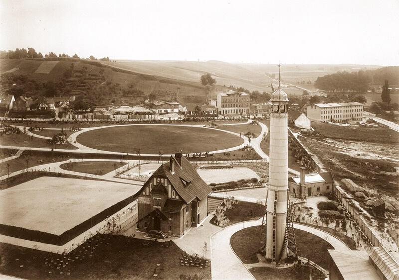 Chłodnia kominowa oraz dom mieszkalny głównego mechanika oraz palacza i szklarnia widziana z wieży ciśnień, 1904 r.